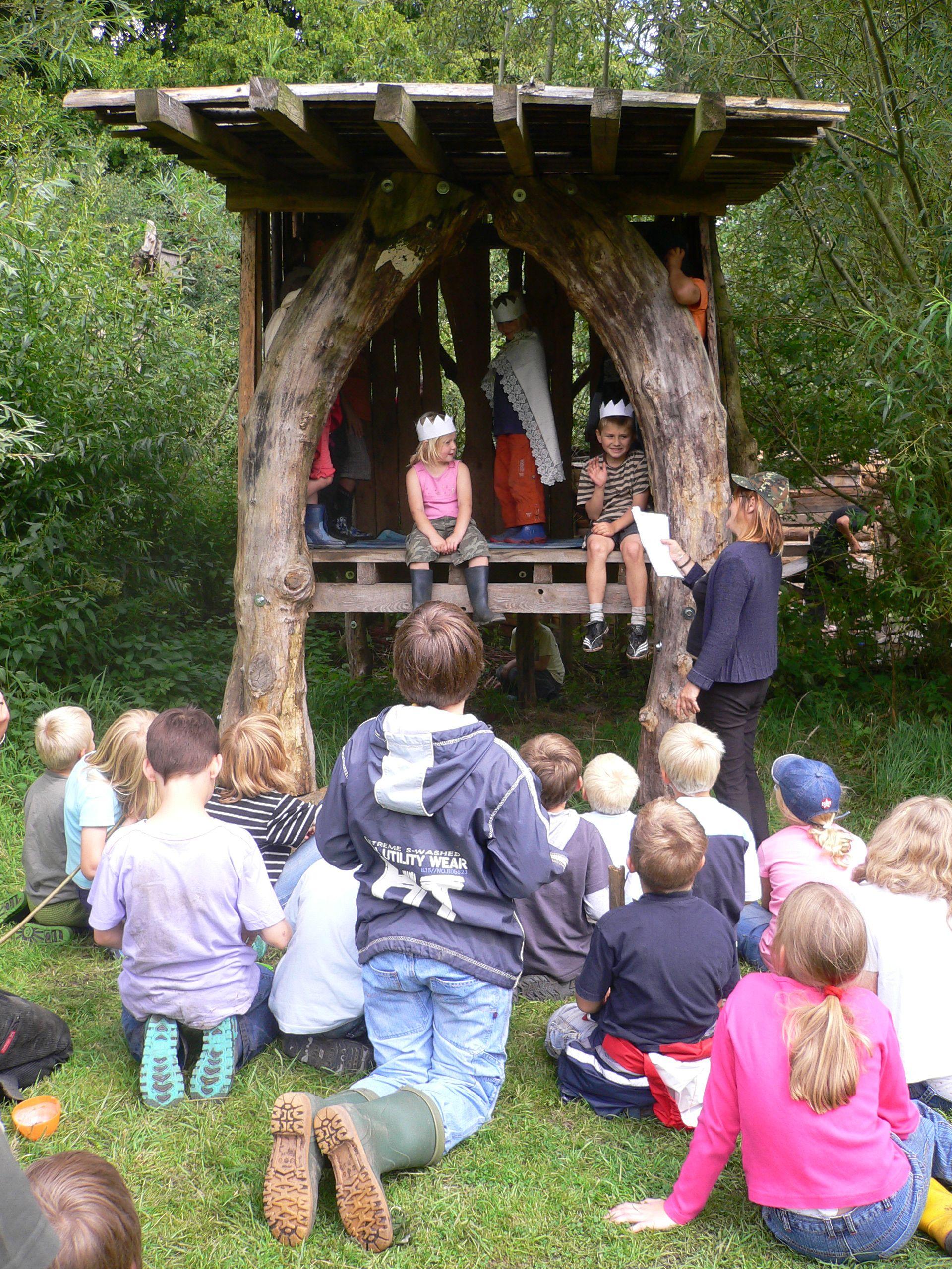 Kinder spielen im Baumtheater